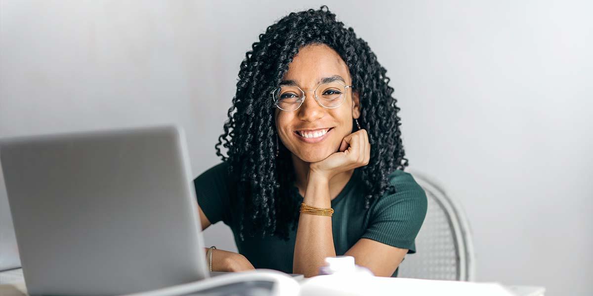 Femme a son compte dans le secteur digital